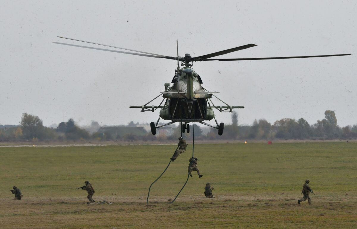 Ukrainian troops land from Mi-8 helicopter