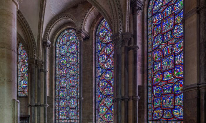 """On the southern side of Canterbury Cathedral's Trinity Chapel, seven stained glass """"miracle windows"""" depict the miraculous healings that were said to have taken place at St. Thomas of Canterbury's tomb between 1170 and 1220. (David Iliff/CC BY-SA 3.0)"""