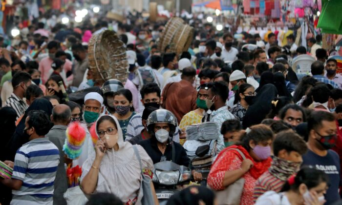 People wearing protective masks crowd a marketplace amidst the spread of COVID-19 in Mumbai, India, on March 22, 2021. (Niharika Kulkarni/Reuters)