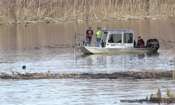 Missouri law enforcement personnel aided by the United States Geological Survey team use imaging sonar to try to locate the body of Mengqi Ji Elledge near Columbia, Miss., on Dec. 4, 2019. (Don Shrubshell/Columbia Daily Tribune via AP)
