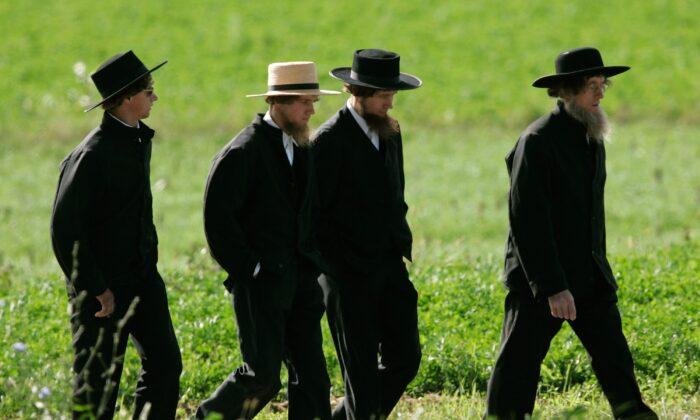 Vier Amish-Männer gehen zu einer Beerdigung für ein Opfer des Amish-Schulhauses in Nickel Mines, Penn. am 5. Oktober 2006. (Mark Wilson / Getty Images)