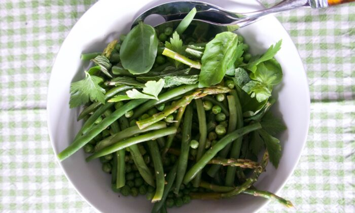 This salad of simply cooked spring vegetables tastes as refreshing as it looks. (Victoria de la Maza)