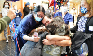 Dad Survives CCP Virus, Tearfully Hugs Daughters for First Time After 72 Days in Hospital