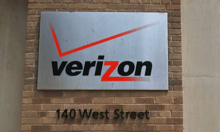 A Verizon logo is displayed on a building in New York City, on June 5, 2008.  (Spencer Platt/Getty Images)