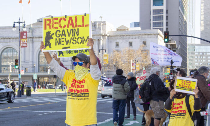 Rallygoers protest to recall Gov. Gavin Newsom at San Francisco City Hall on March 6, 2021. (Ilene Eng/The Epoch Times)