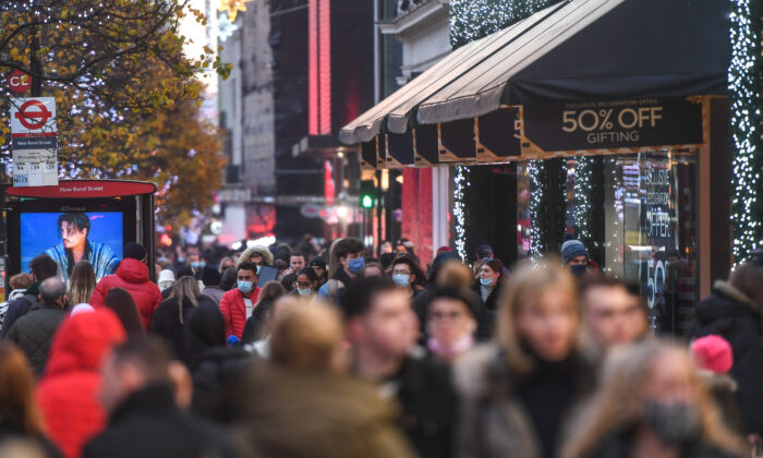 Crowds of shoppers on Oxford Street in London on Dec. 6, 2020. (Peter Summers/Getty Images)