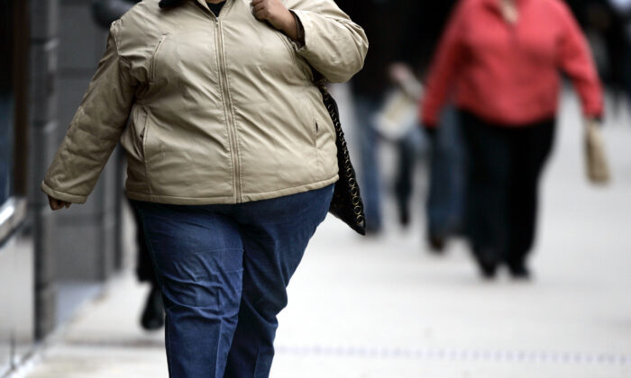 A woman walks down the street on Michigan Avenue in Chicago, Ill., on  Oct. 19, 2006. (Jeff Haynes/AFP via Getty Images)