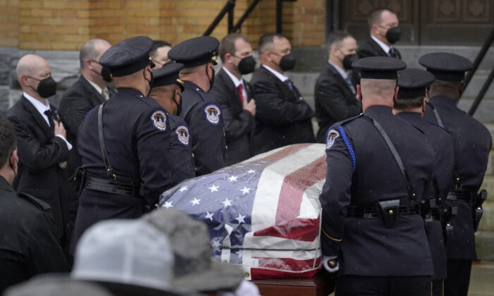 """Pallbearers from the U.S. Capitol Police, center, carry the casket of William """"Billy"""" Evans into St. Stanislaus Kostka Church before a funeral Mass in Adams, Mass, on April 15, 2021. (Steven Senne/AP Photo)"""