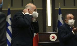Greek, Turkish FMs Meet to Mend Ties, Trade Barbs Instead