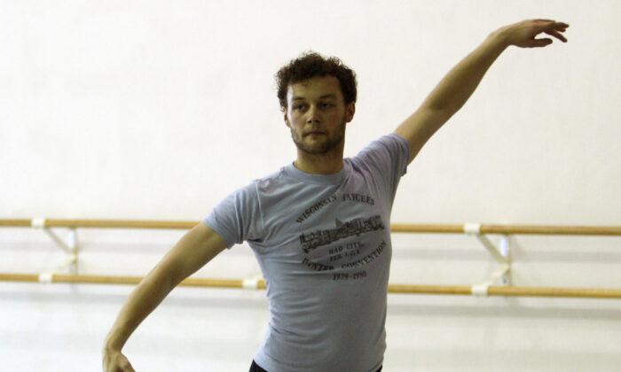 Royal Ballet choreographer Liam Scarlett works with Miami City Ballet dancers in Miami Beach, Fla., on Aug. 14, 2012. (Lynne Sladky/AP, file)