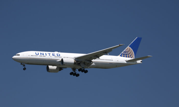 A United Airlines Boeing 777-200 lands at San Francisco International Airport, San Francisco, Calif., on April 14, 2015. (Louis Nastro/Reuters)