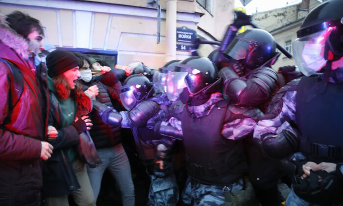 People clash with police during a protest in support of jailed opposition leader Alexei Navalny in St. Petersburg, Russia, on April 21, 2021. (Dmitri Lovetsky/AP Photo)