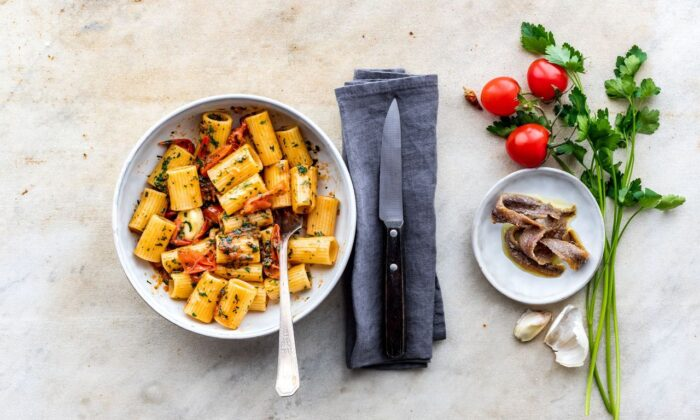 A potent mix of garlic, chile flakes, and anchovies melted in olive oil forms the base of this easy pasta dish. (Giulia Scarpaleggia)