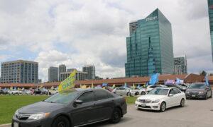 Toronto Area Practitioners Celebrate World Falun Dafa Day in Car Parade