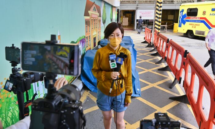 Sarah Liang, a reporter for the Hong Kong edition of The Epoch Times, speaks to local media outside of the Queen Elizabeth Hospital in Hong Kong on May 11, 2021. (Song Pi-lung/The Epoch Times)