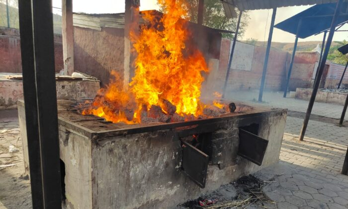 A cow dung log cremation organized by Project Arth for a COVID victim in a New Delhi crematorium on April 13, 2021 (Picture courtesy of Project Arth)