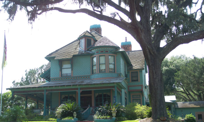 The Hubbard residence in Crescent City, Florida, which belonged to Henry Hubbard, one of the founders of Michigan State University. The house is a mixture of the Shingle and Queen Ann styles. (Ebyabe, CC BY-SA 3.0 via Wikimedia Commons)