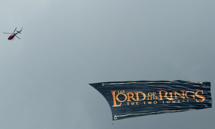 A helicopter flies a banner advertising the 2nd part of the Lord of the Rings trilogy 'Two Towers' movie in Auckland, New Zealand on Dec. 19, 2002. (Michael Bradley/Getty Images)
