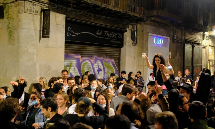 People gather on a street in the Born neighborhood, as the state of emergency decreed by the Spanish government to prevent the spread of COVID-19 was lifted a week ago in Barcelona, Spain, on May 15, 2021. (Nacho Doce/Reuters)