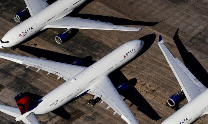 Delta Air Lines zwingt neue Mitarbeiter, sich gegen COVID-19 impfen zu lassen