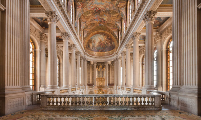 The king and his family sat in the center of the upper level of the chapel, while the ladies of court sat in the side galleries. The remainder of the court and the public sat in the nave below. (Thomas Garnier/Château de Versailles)