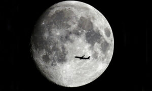Man Captures Amazing Pictures of Planes Flying in Front of the Moon From His Back Garden