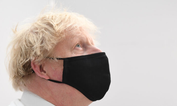 Boris Johnson wears a mask while visiting a vaccination centre at the Business Design Centre in Islington, London, on May 18, 2021. (Jeremy Selwyn - WPA Pool/Getty Images)