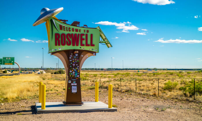 A sign welcomes visitors to Roswell, New Mexico. (Cheri Alguire/Shutterstock)