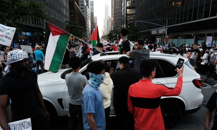 Hundreds of protesters and activists shut down a street as they voice anger at Israel and support of Palestinians in New York City, on May 18, 2021. (Spencer Platt/Getty Images)