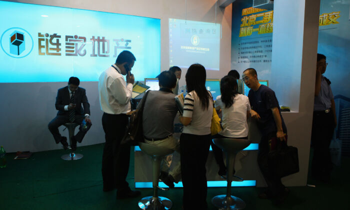 Lianjia, China's popular property brokerage brand founded by Zuo Hui, at the 2009 Beijing Autumn Real Estate Trade Fair in Beijing, China, on Sept. 4, 2009. (Feng Li/Getty Images)