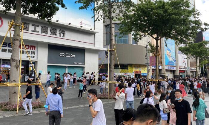 People gather outside the 73-storey SEG skyscraper in Shenzhen, China on May 18, 2021. ( Weibo/@Shaguo Dabao Tou/via Reuters)