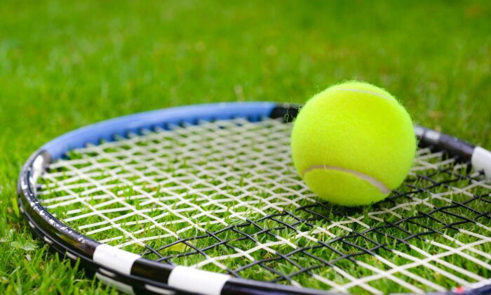 A tennis ball and racket. (Peter Skitterians/Pixabay)