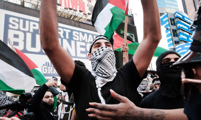 Pro-Palestinian protesters face off with a group of Israel supporters and police in a violent clash in Times Square on May 20, 2021 (Spencer Platt/Getty Images)