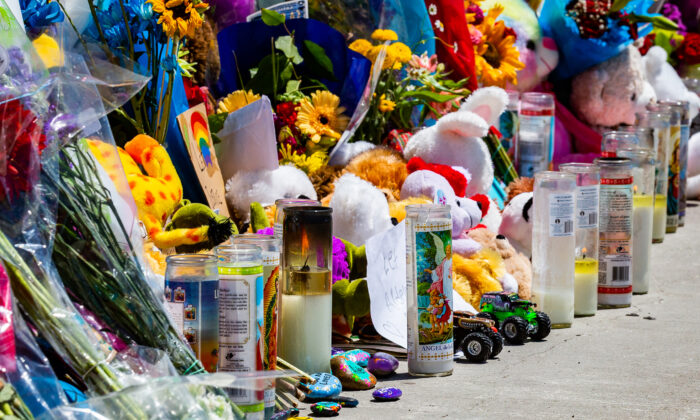 Memorial items for 6-year-old road-rage victim Aiden Leos line the Walnut bridge overpass above the 55 Freeway in Orange, Calif., on May 24, 2021. (John Fredricks/The Epoch Times)