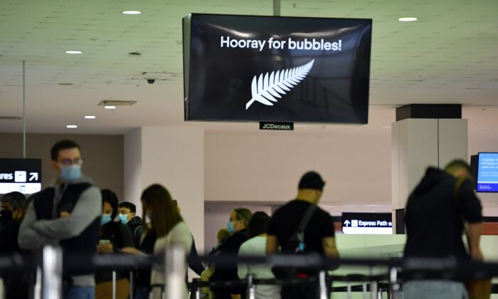 Departure passengers to New Zealand wait to check in at Sydney International Airport, Sydney, Australia, on April 19, 2021. (AAP Image/Mick Tsikas)