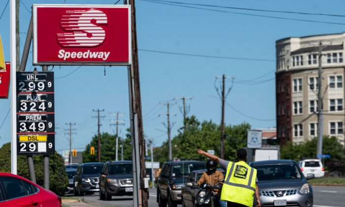 Motorists line up for fuel at a gas stations in Arlington, Va., on May 13, 2021. (Andrew Caballero-Reynolds/AFP via Getty Images)