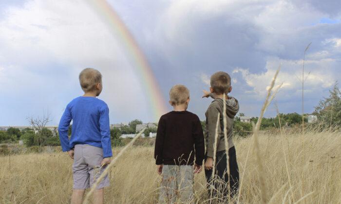 Children's hearts rejoice at the beauty of nature. (Valentinka.ph/Shutterstock)