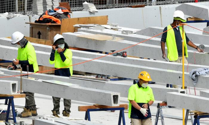 Construction workers at the Barangaroo development in Sydney, Australia, March 24, 2020.(AAP Image/Joel Carrett)