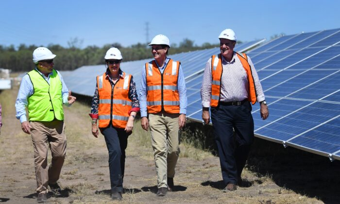 Queensland Premier Annastacia Palaszczuk (2nd from left) at the Darling Downs solar farm in Miles, Queensland, Australia on Jan. 23, 2018. (AAP Image/Darren England)