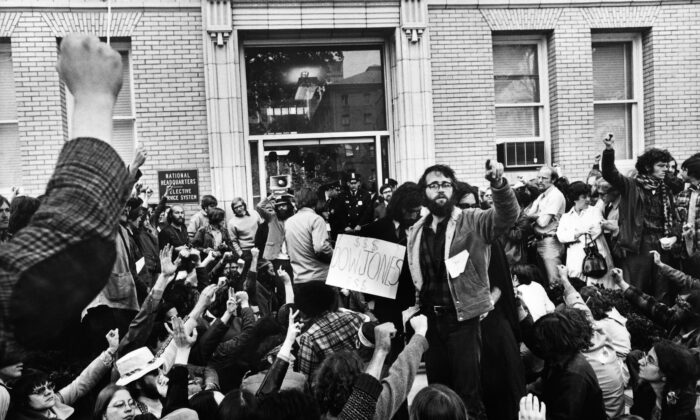Protestors against the United States' participation in the Vietnam War block the offices and employees of the American conscription headquarters in Washington on May 3, 1971. (AFP via Getty Images)