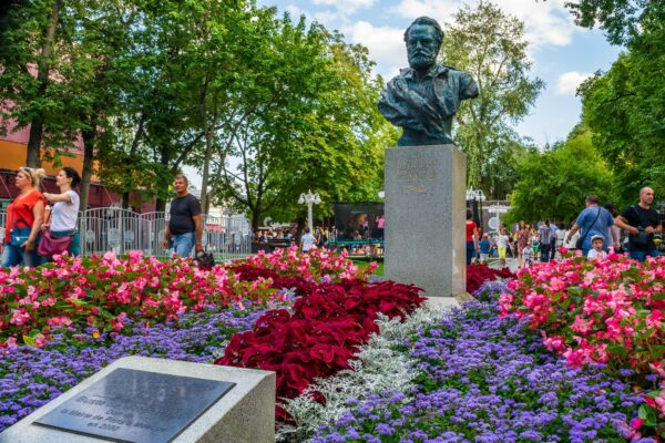 bust of Victor Hugo in Russia_