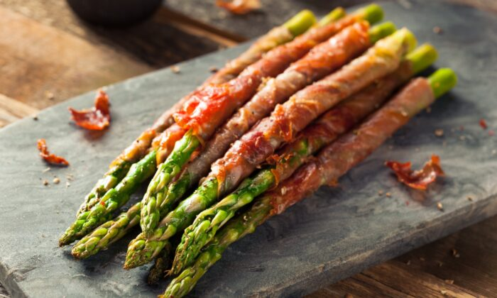 This asparagus app requires a mere three ingredients and just minutes to prepare. (Brent Hofacker/shutterstock)