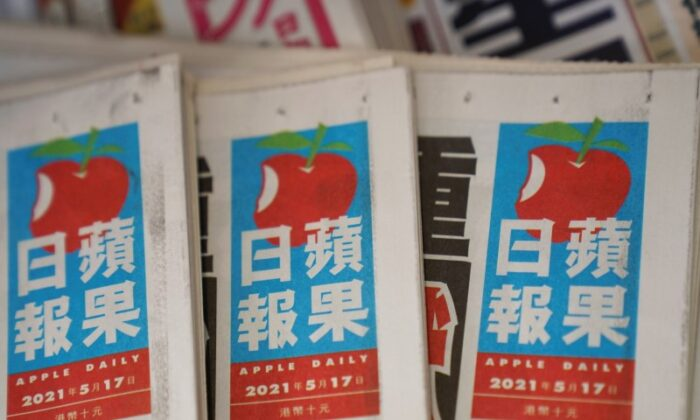Copies of Next Digital's Apple Daily newspapers are seen at a newsstand in Hong Kong, China May 17, 2021. (REUTERS/Lam Yik)