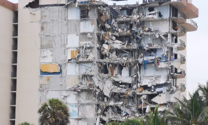 A building that partially collapsed is seen in Surfside, Fla., on June 24, 2021. (Victoria Wu/The Epoch Times)