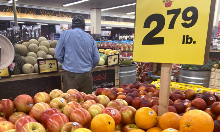 Customers shop for produce at a supermarket in Chicago, Ill., on June 10, 2021. (Scott Olson/Getty Images)