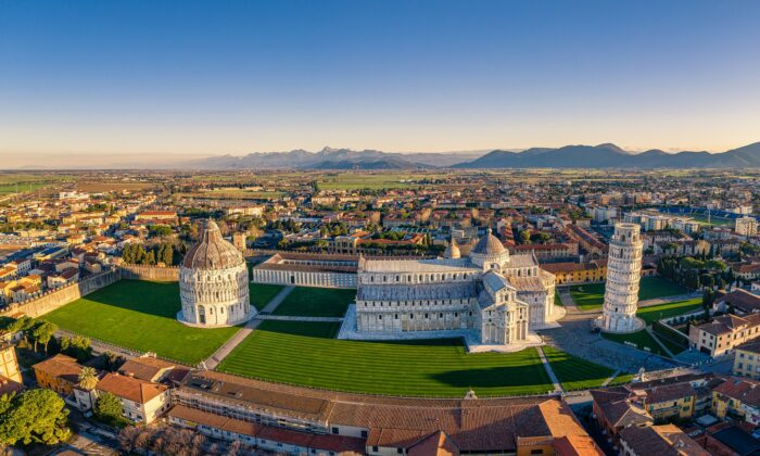The monuments stand on display in the early morning light, serving the people of Pisa and the heavens above. (Guglielmo Giambartolomei/CC BY-SA 4.0)