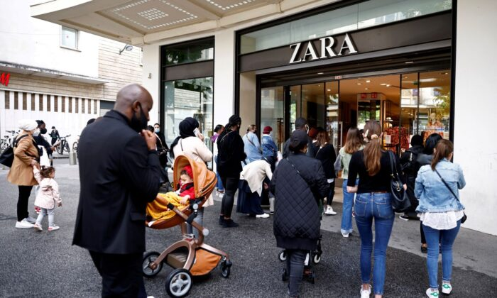 Customers enter a Zara shop in Nantes as non-essential business re-open after closing down for months, amid the coronavirus disease outbreak in France, on May 19, 2021. (Stephane Mahe/File Photo/Reuters)