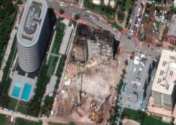 heavy-lift-cranes-used-in-condo-collapse