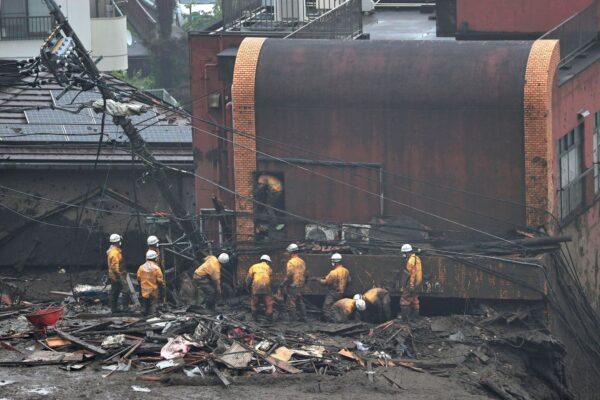 japan-mudslide-rescuers