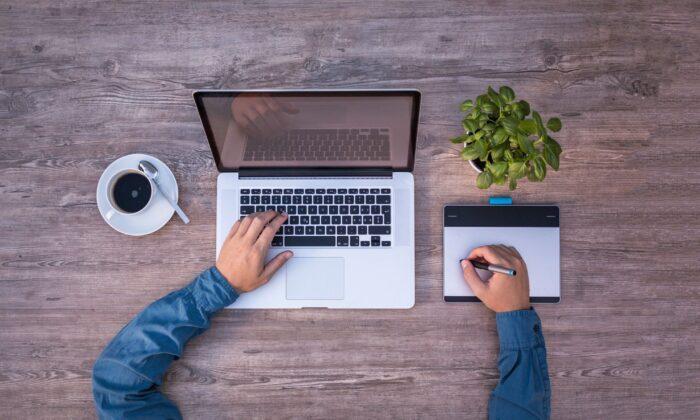 A man works with a laptop. (Lukas Bieri/Pixabay)